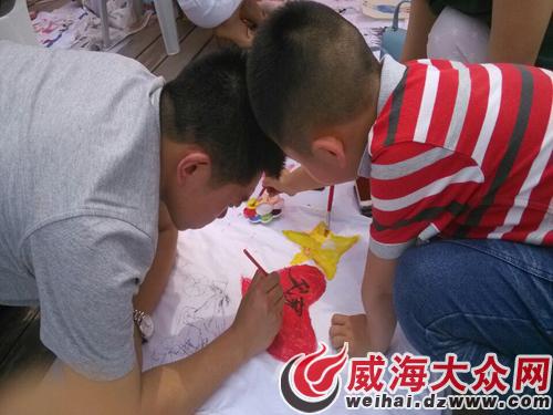 儿子手绘t恤衫当父亲节礼物 感动军人爸爸