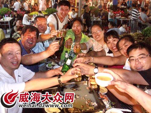 15日晚,威海南海新区海鲜啤酒节在海鲜大排档拉开帷幕,数千名市民前来