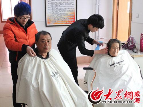 现场给老人剪头发图片