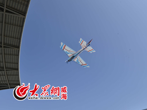 正在飞行的模型飞机