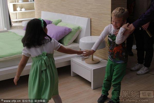 王诗龄邀外国小男孩玩耍遭拒