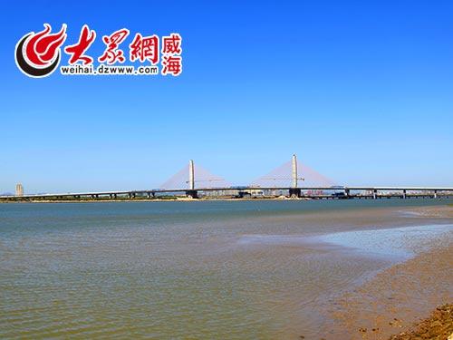 威海南海新区香水河大桥主桥中跨合龙段顺利完成混凝土浇筑,这标志着