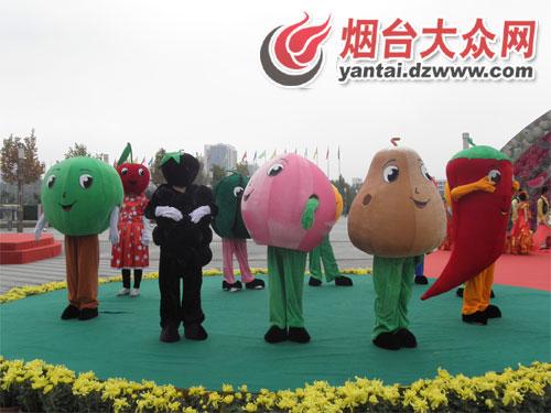 一群可爱的水果造型的人偶吸引着游客的目光