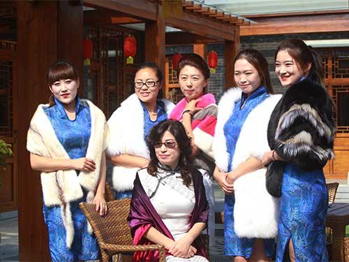 来自中国旗袍会威海分会的近50名旗袍爱好者与摄影爱好者齐聚大溪谷