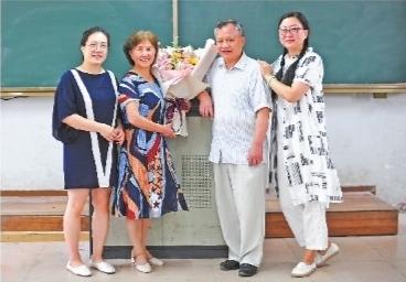 """孔晖安慰她:""""没学过英语不要紧,从现在努力也来得及,有时候,老师觉得图片"""