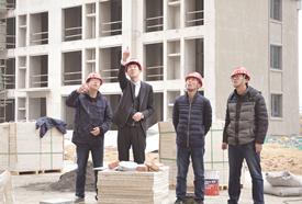 尹刚(左二)在工地上查看项目建设情况(记者 孙轶琰 摄)_副本.jpg