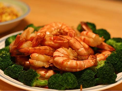 威海家常美食红烧对虾 鲜嫩虾肉滋味十足图片